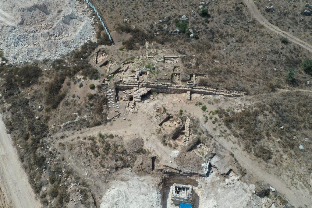 החווה החקלאית הקדומה ומקווה הטהרה (בתחתית התמונה). צילום עבר אבראהים