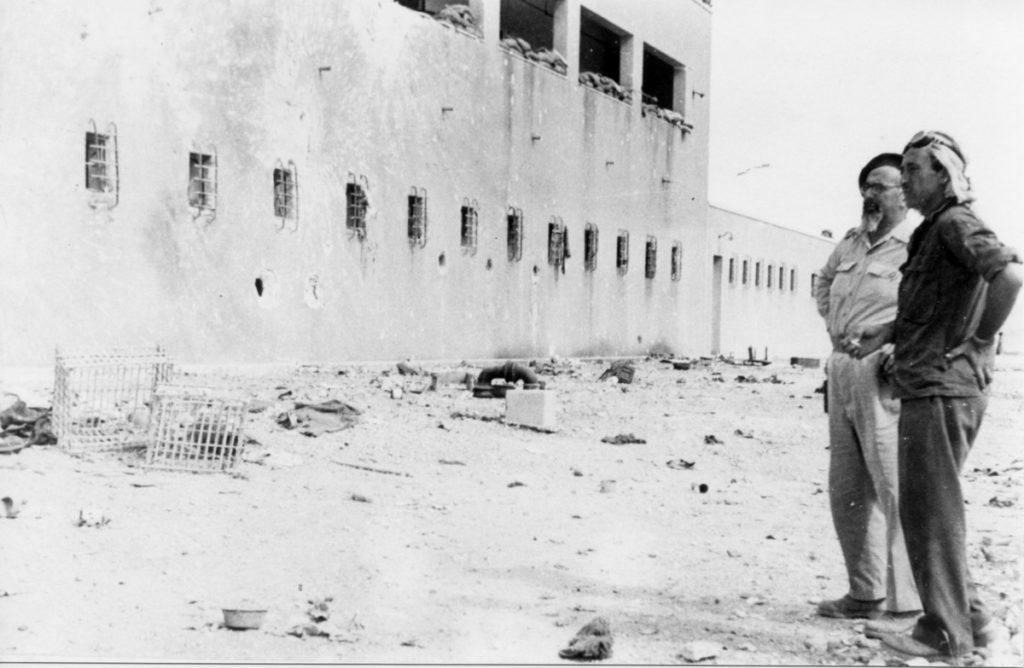 יצחק שדה ליד הבניין הדרומי של משטרת בית ג'ברין - מקור: ארכיון הפלמ