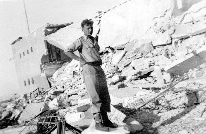 על הריסות חזית בניין משטרת ג'ברין - מקור: ארכיון גבעתי / מיכה נצר