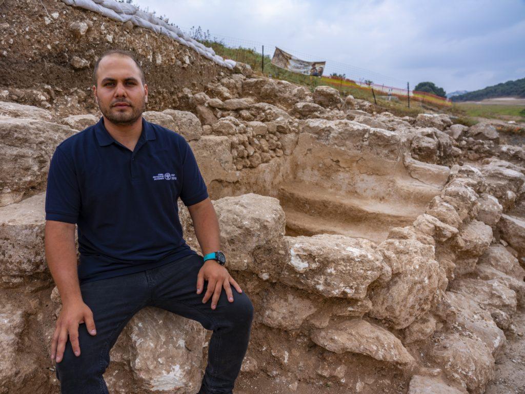 עבדאללה אבראהים, מנהל החפירה מטעם רשות העתיקות, ליד מקווה הטהרה שחשף. צילום יניב ברמן