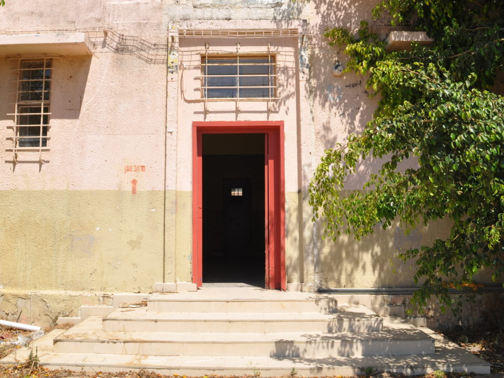 מדרגות הכניסה לתחנת משטרת סרפנד אלחרב (משטרת ראשון) - צילום: אפי אליאן