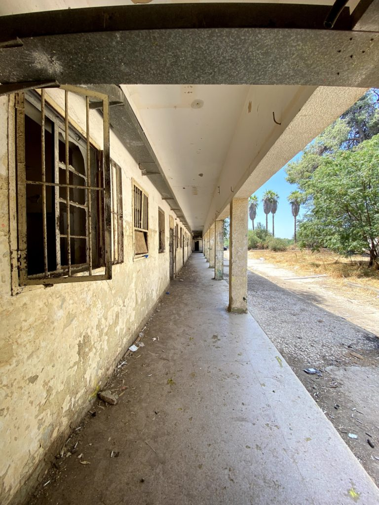 המסדרון המקורה ממזרח למערב - בניין דרומי משטרת בית גוברין - צילום: גלב גלזקוב