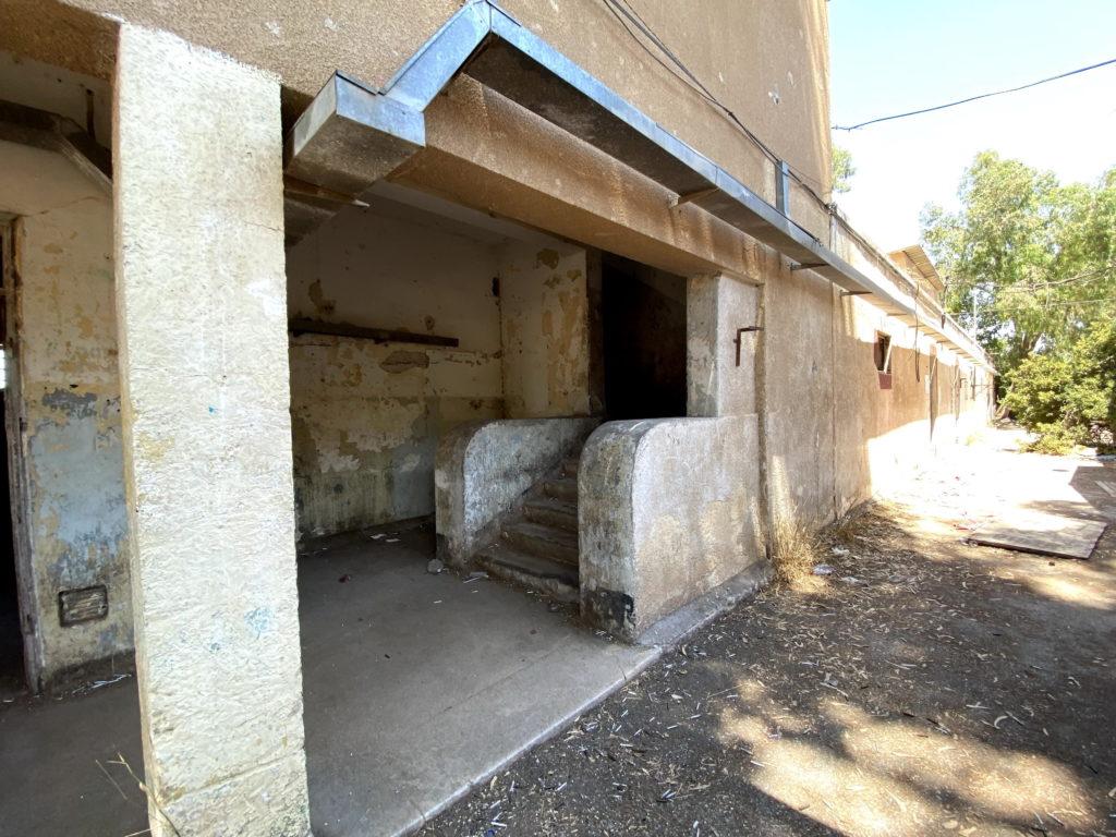 גרם מדרגות לקומה השניה של בניין צפוני במשטרת בית גוברין - צילום: גלב גלזקוב