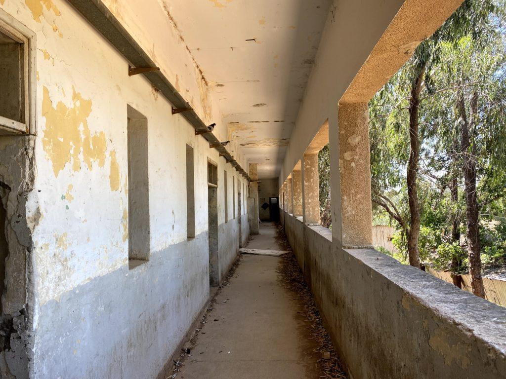 מסדרון מרפסת הקומה השניה בבניין הצפוני של משטרת בית גוברין - צילום: גלב גלזקוב