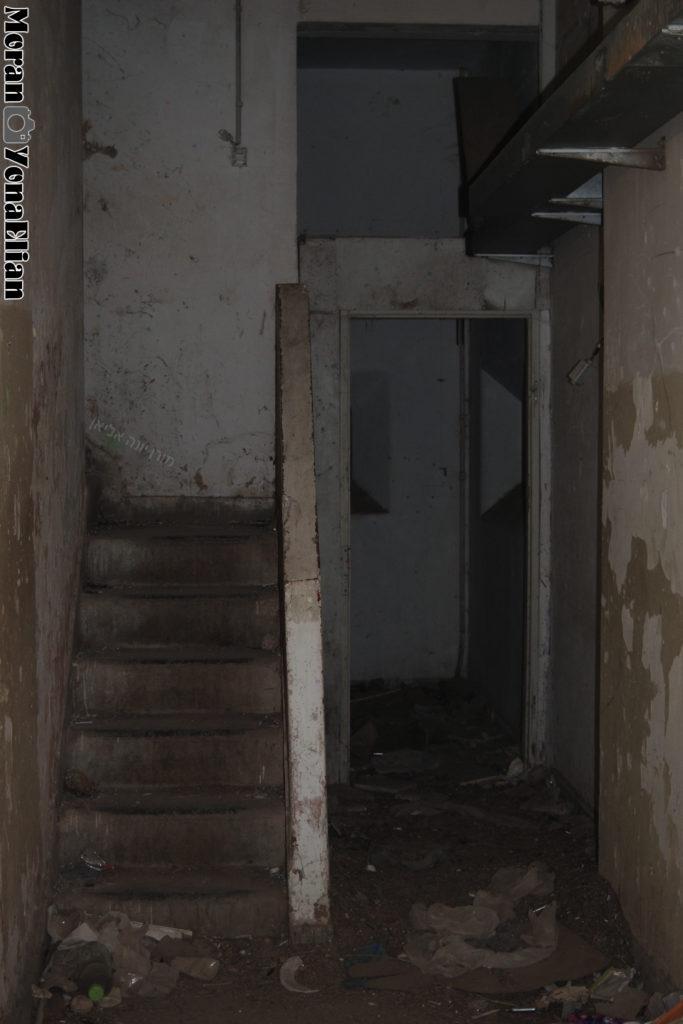 המבואה לקומת הקרקע של מגדל השמירה הגבוה - משטרת בית גוברין - צילום: אפי אליאן