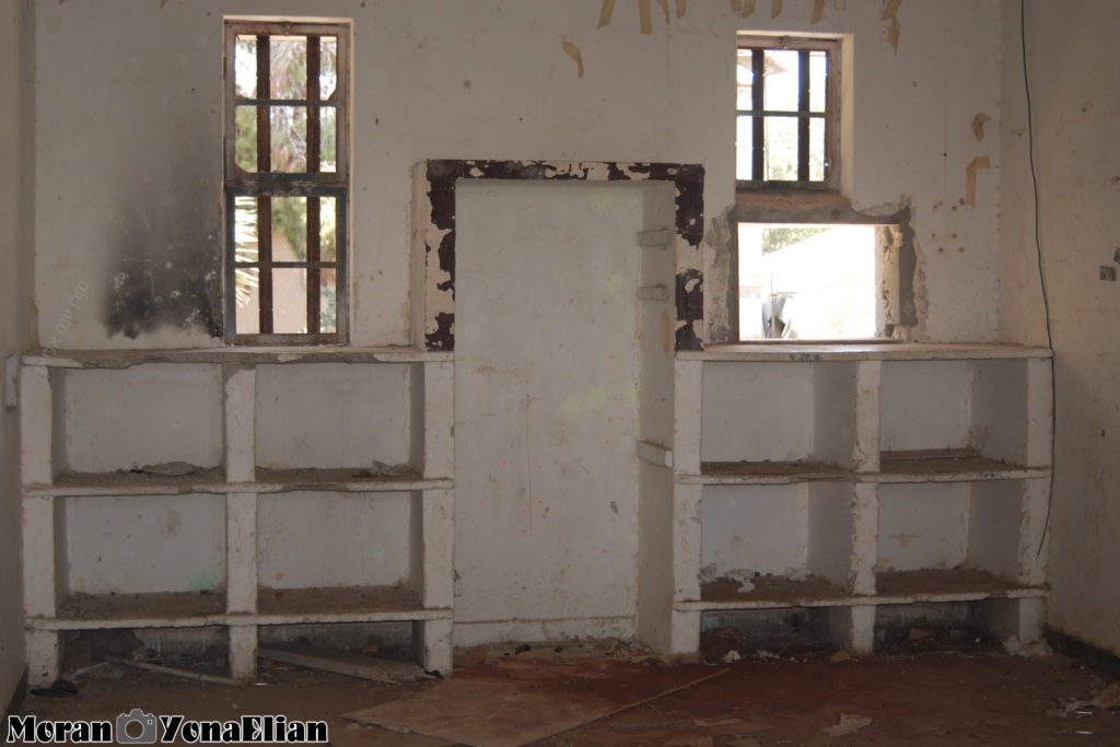 מידוף בטון מקורי בחדרי המגורים בבניין הדרומי - משטרת בית גוברין - צילום: מורן יונה אליאן