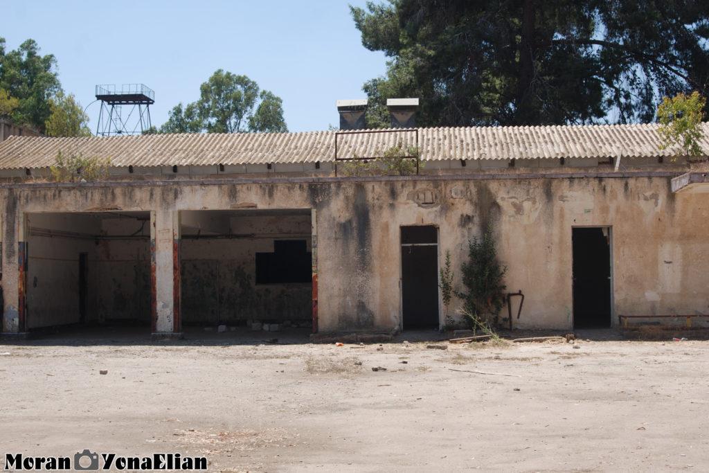 מבנה תפעולי בחצר הפנימית של משטרת בית גוברין - צילום: מורן יונה אליאן