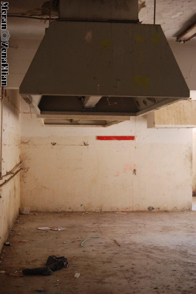החצר הפנימית בבניין התפעולי ששימש לייבוש כביסה - עבר הסבה למבנה סגור עבור מטבח צהל