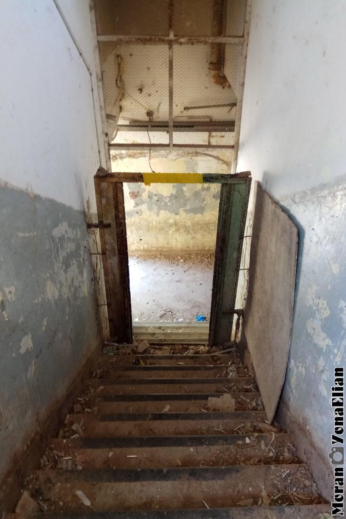גרם המדרגות לקומה השניה בבניין הדרומי - צילום: מורן יונה אליאן