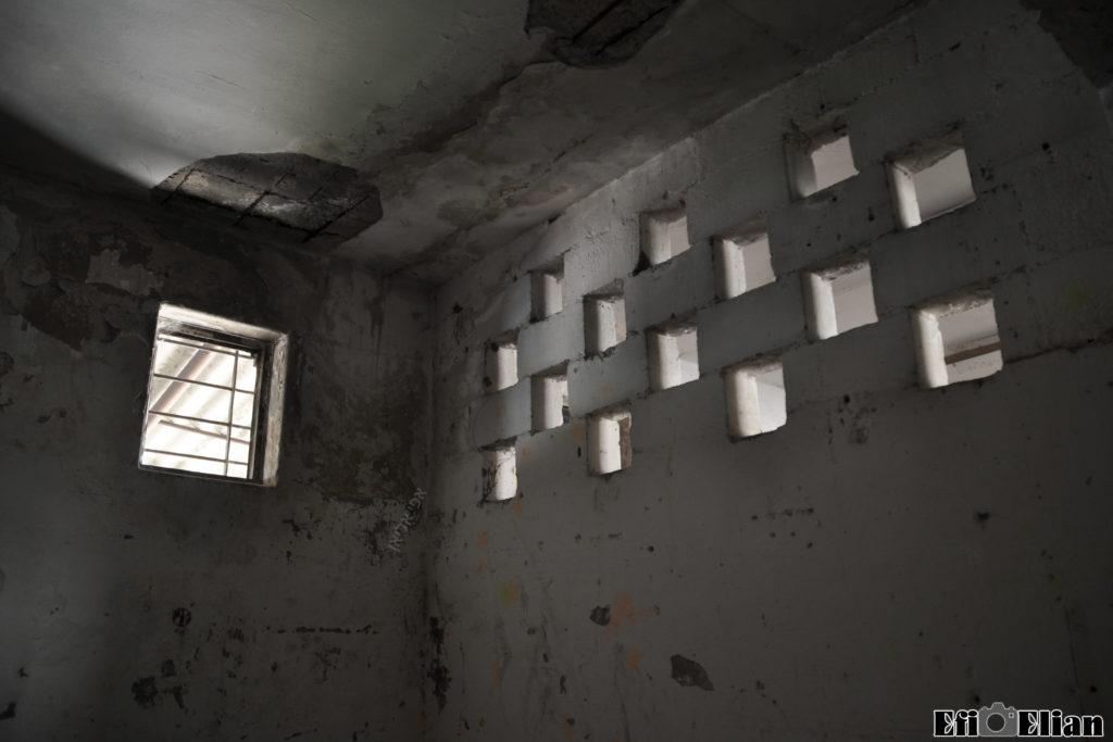 קירות שהוקמו במהלך השנים באולם אורוות הסוסים של משטרת ג'ברין - צילום: אפי אליאן