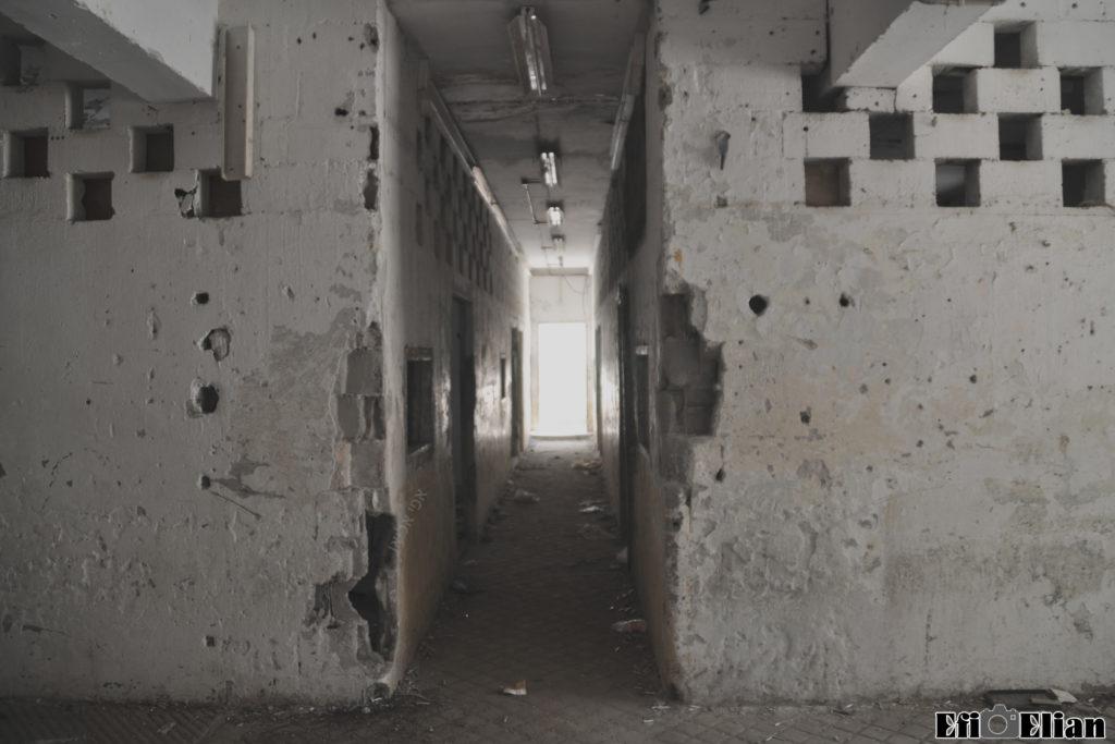 במהלך השנים נבנו קירות באולם האוורווה - צילום: אפי אליאן