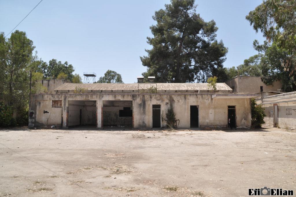 המבנה התפעולי הכולל את עמדות המוסך / גראז במשטרת בית ג'יברין - צילום: אפי אליאן