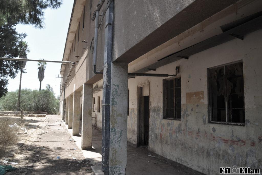 מסדרון מקורה קומת קרקע בניין צפוני משטרת בית ג'ברין - צילום: אפי אליאן