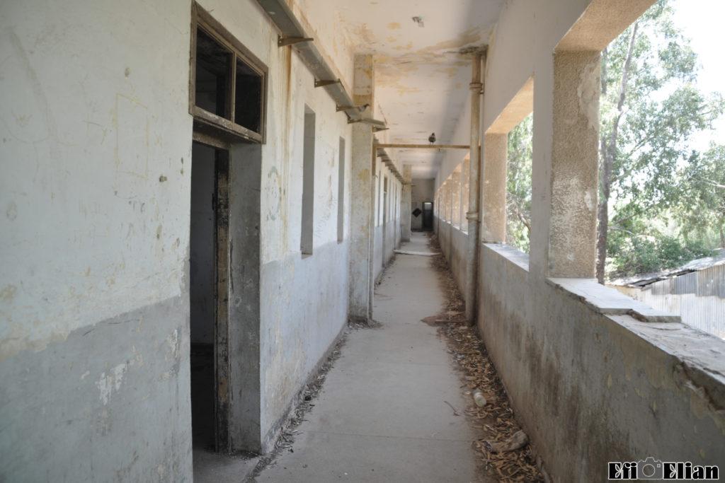 מסדרון הקומה השניה בבניין הצפוני- מגורים עבור שוטרי התחנה בית גוברין - צילום: אפי אליאן