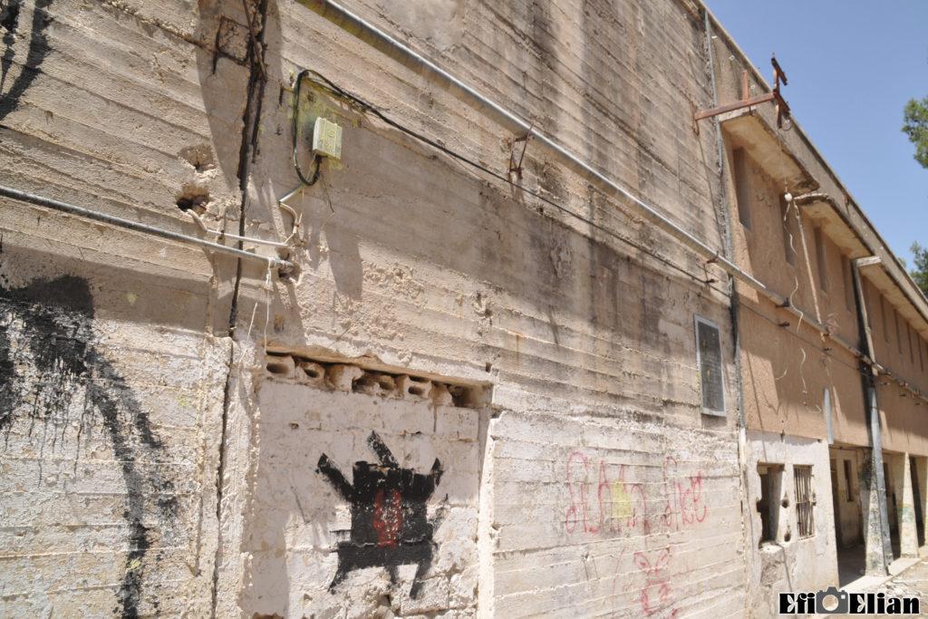 הקיר בקצה המערבי של הבניין הצפוני - פתח המסדרון נחסם - צילום: אפי אליאן