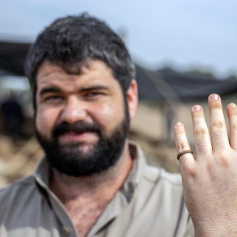 אבישב טל, תושב חיספין העובד בחפירה בתקופת הקורונה, עם טבעת שחשף באתר. צילום: יניב ברמן