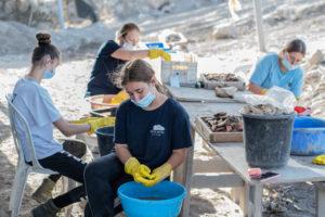 חניכות המכינה הצבאית בית הראל בעת שטיפת ממצאים בחפירה הארכיאולוגית. צילום: יולי שוורץ