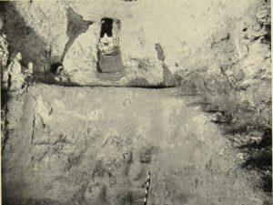 תמונת הבור כפי שגילה אותו בראמכי בשנת 1934. צילום: דימיטרי בראמכי, הארכיון מנדטורי של רשות העתיקות