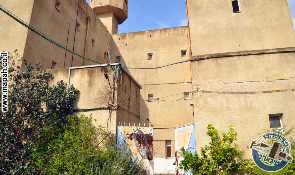 שער הכניסה לחצר המשטרה - צילום: אפי אליאן