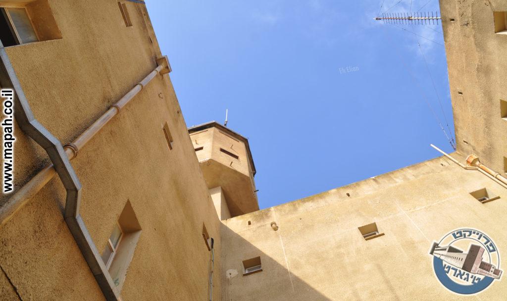 גרם המדרגות תמיד יהיה בפינת הבניין בעלת הצריח בקומת הגג - צילום: מורן יונה אליאן
