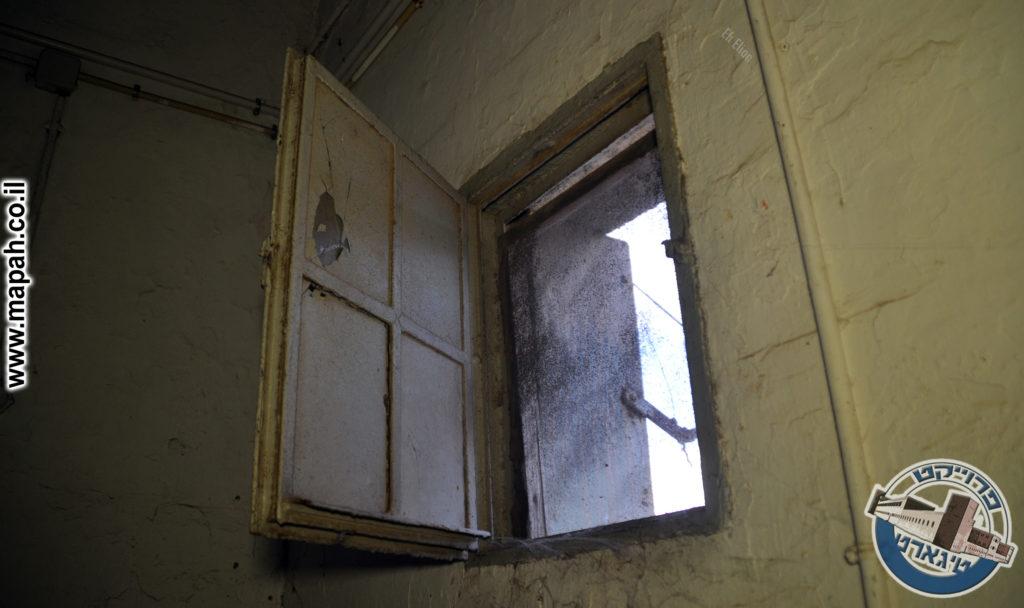 חלון מקורי בדופן המזרחי של בניין המשטרה - משטרת באסה - צילום: אפי אליאן
