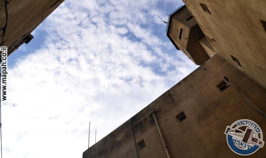 קירות המבנה הפנימיים בעלי חלונות צרים וגבוהים להגנת המבנה - צילום: אפי אליאן