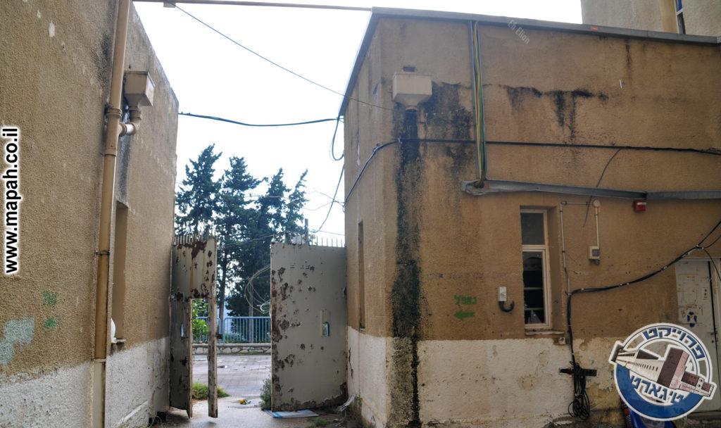 מרפסת ההגנה מעל שער הכניסה לחצר המשטרה - צילום: אפי אליאן