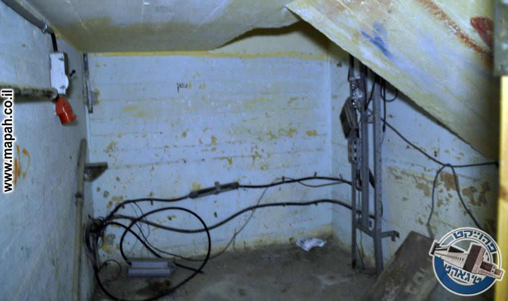חדר האכסון הנמוך בקצה אולם המוסך נותר כפי שהיה - צילום: אפי אליאן