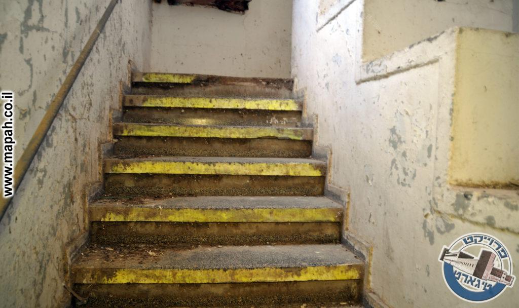 גרם מדרגות טרצו המוביל לקומות העליונות - משטרת באסה - צילום: אפי אליאן