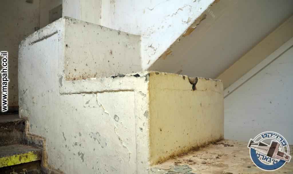 מעקה הבטון העבה בין גרמי המדרגות של קומת הקרקע - צילום: אפי אליאן