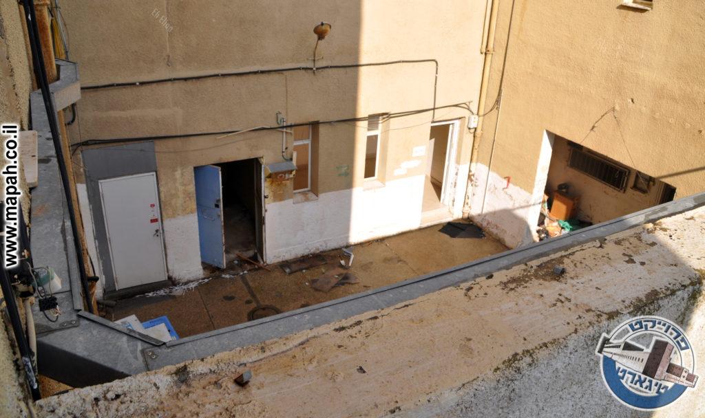 הדלת השמאלית מובילה לגרם המדרגות לקומות העליונות - צילום: אפי אליאן