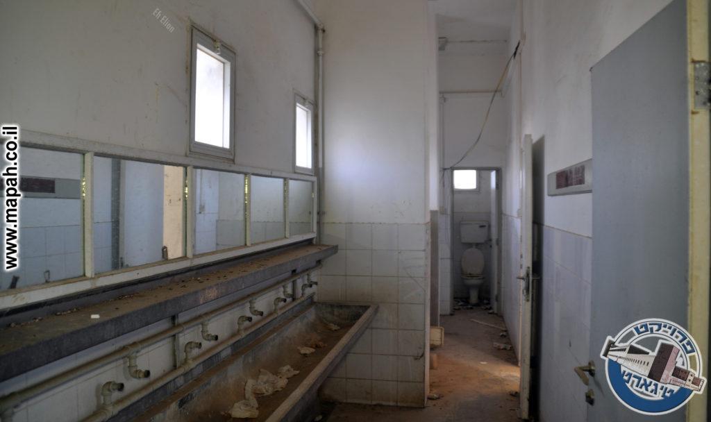 במרכז הפרוזדור קומה ראשונה - מלתחה כיורים וחדרי שירותים בסוף - צילום: אפי אליאן