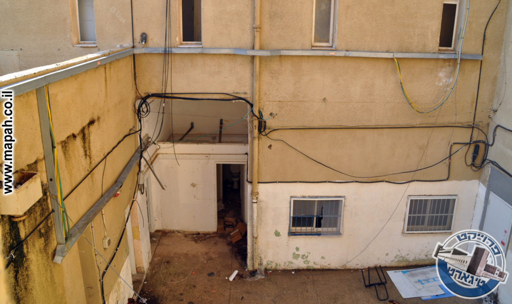 עמדות המוסך הפכו לחדרים סגורים ובית שימוש - משטרת באסה - צילום: אפי אליאן