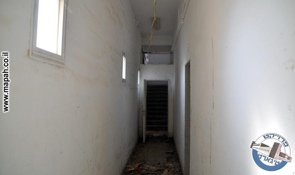 פרוזדור הקומה הראשונה מול גרם המדרגות - צילום: אפי אליאן