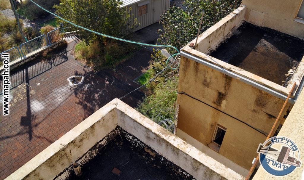 """הדלת """"הסודית"""" של מרפסת ההגנה מעל השער וחזית המשטרה - צילום: אפי אליאן"""