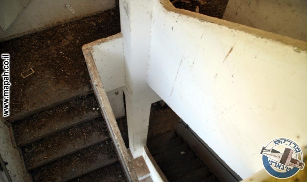גרם מדרגות קומת קרקע, ראשונה ושניה - צילום: אפי אליאן