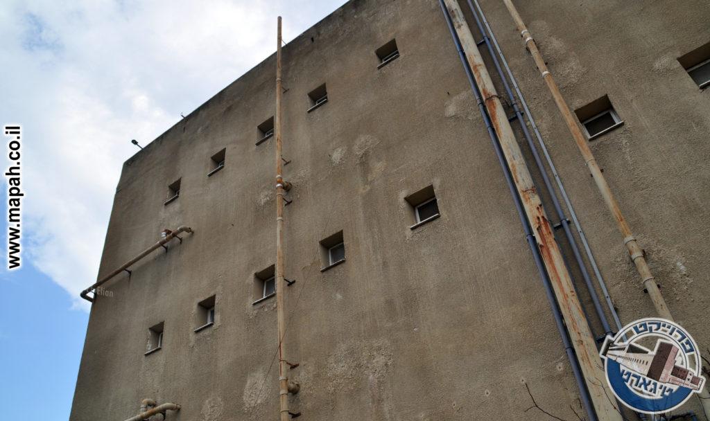 הצינור העבה מימין, עולה עד לגג מבנה המשטרה - צילום: אפי אליאן