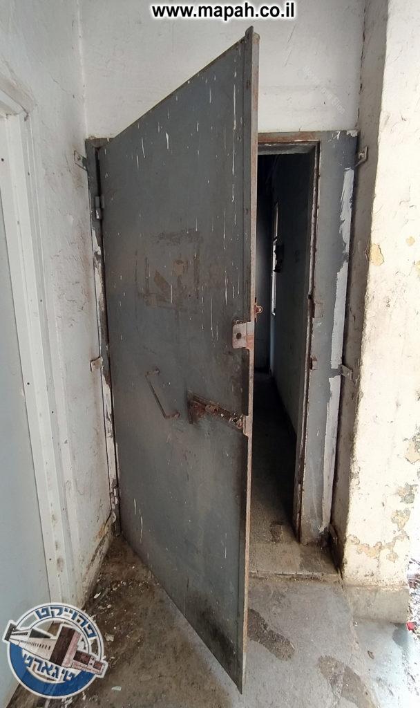 דלת פלדה בקומה השניה - משטרת באסה - צילום: מורן יונה אליאן