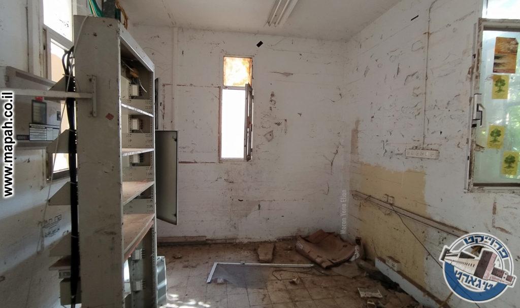 החדר השמאלי, אז חדר המצברים , כיום חדר תשתית החשמל , משטרת באסה - צילום: מורן יונה אליאן