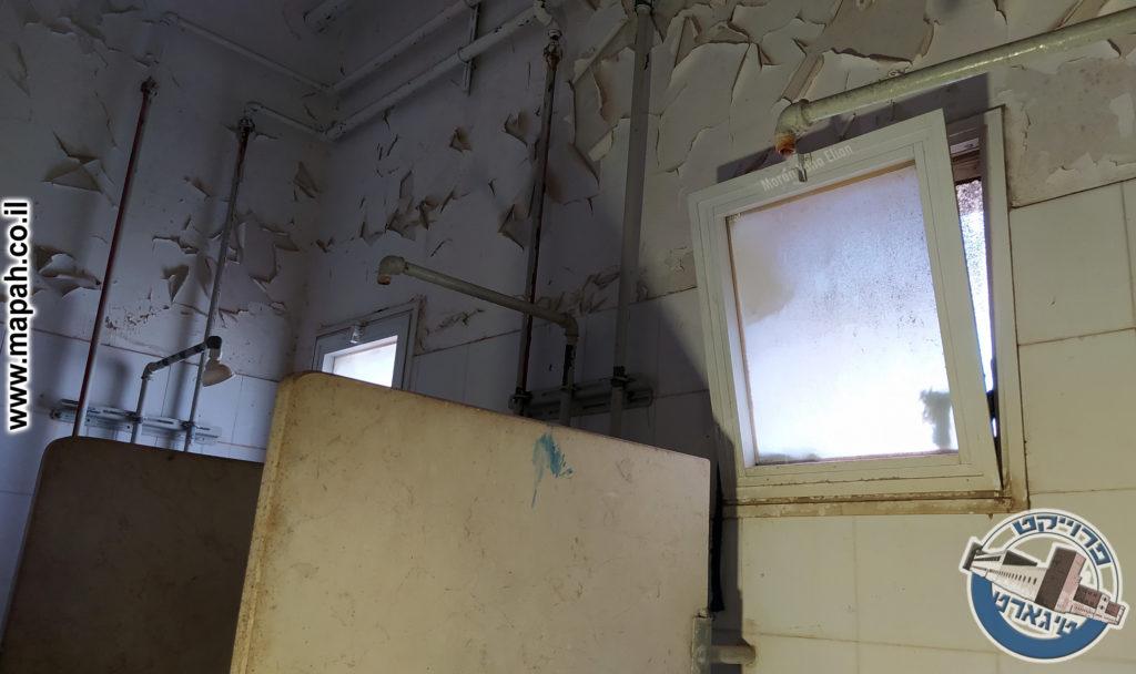 עמדות המקלחת שעדיין נוזלים - צילום: מורן יונה אליאן