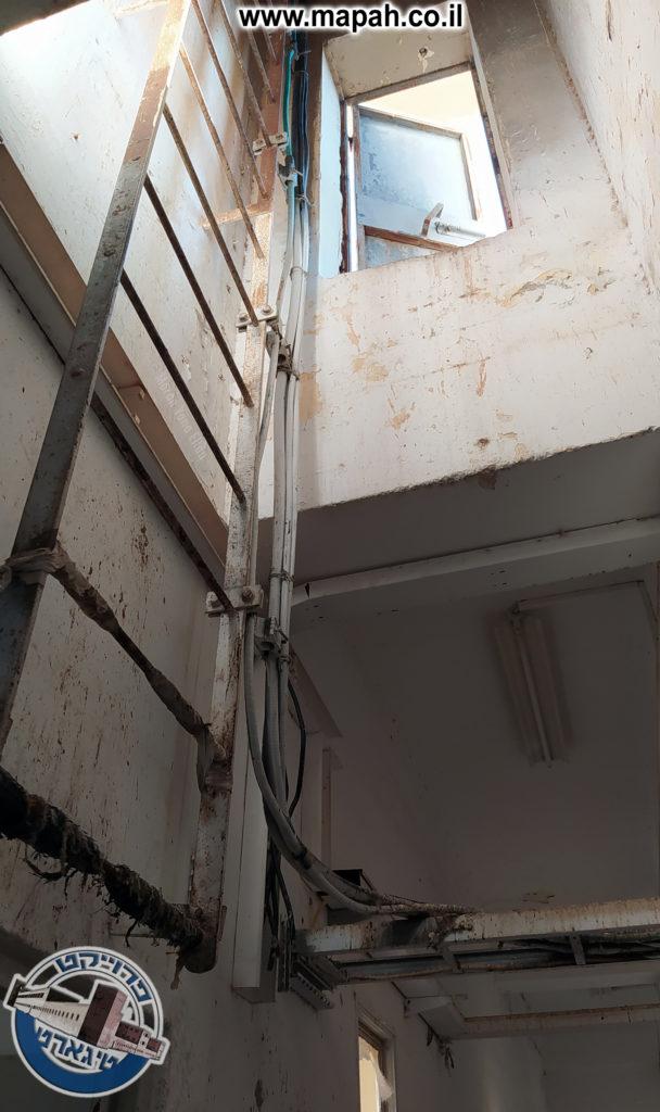סולם במבואה ויציאה לגג משטרת באסה - צילום: מורן יונה אליאן