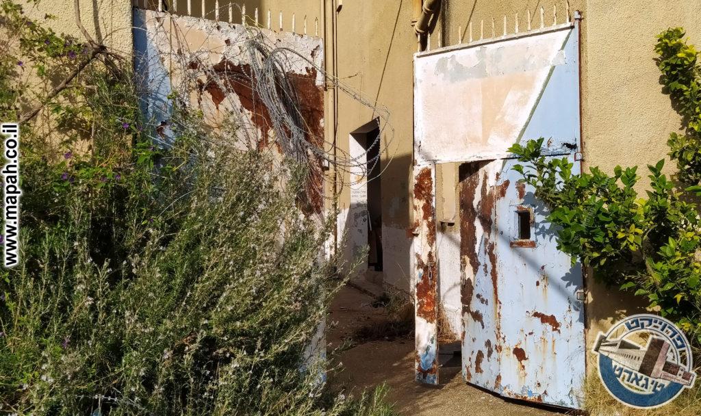 שער הכניסה המקורי הכולל חרך הצצה - משטרת באסה - צילום: מורן יונה אליאן