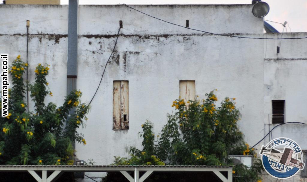 חלונות משוריינים וחרך ירי במשטרת מַגְ'ד אלְ-כֻּרוּם - צילום : אפי אליאן