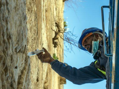 מזריקים לאבני הכותל חומר לשמירת חוסנו - צילום: יניב ברמן