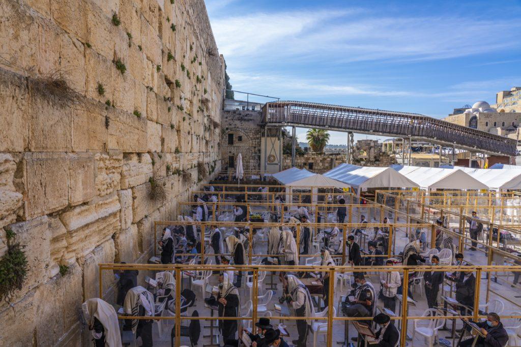 מבקרים ומתפללים לצד קיר הכותל המערבי בירושלים - צילום: יניב ברמן