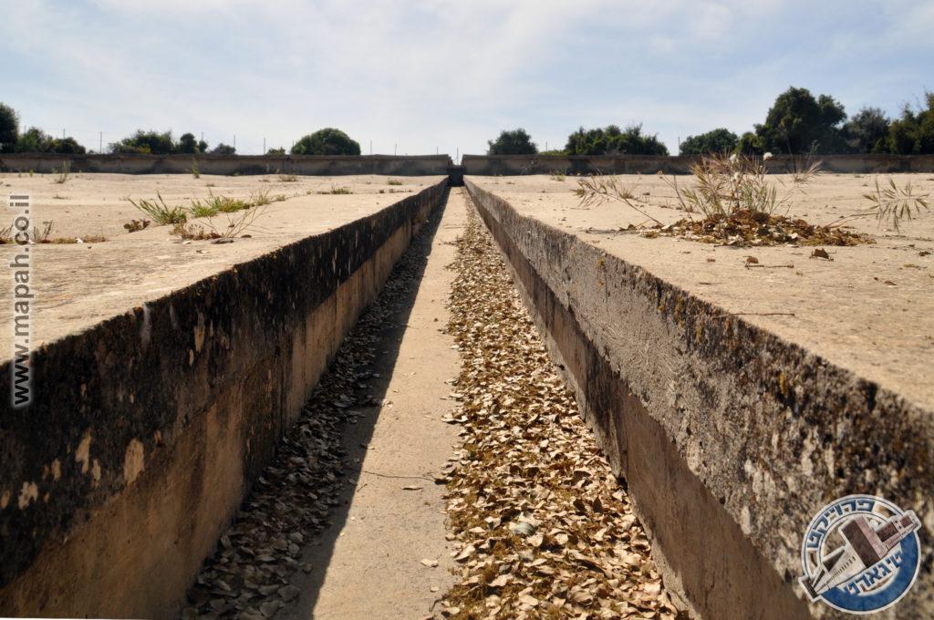 התעלה המרכזית במתקן משטחי הבטון המנדטורים בהר אגר - צילום: אפי אליאן