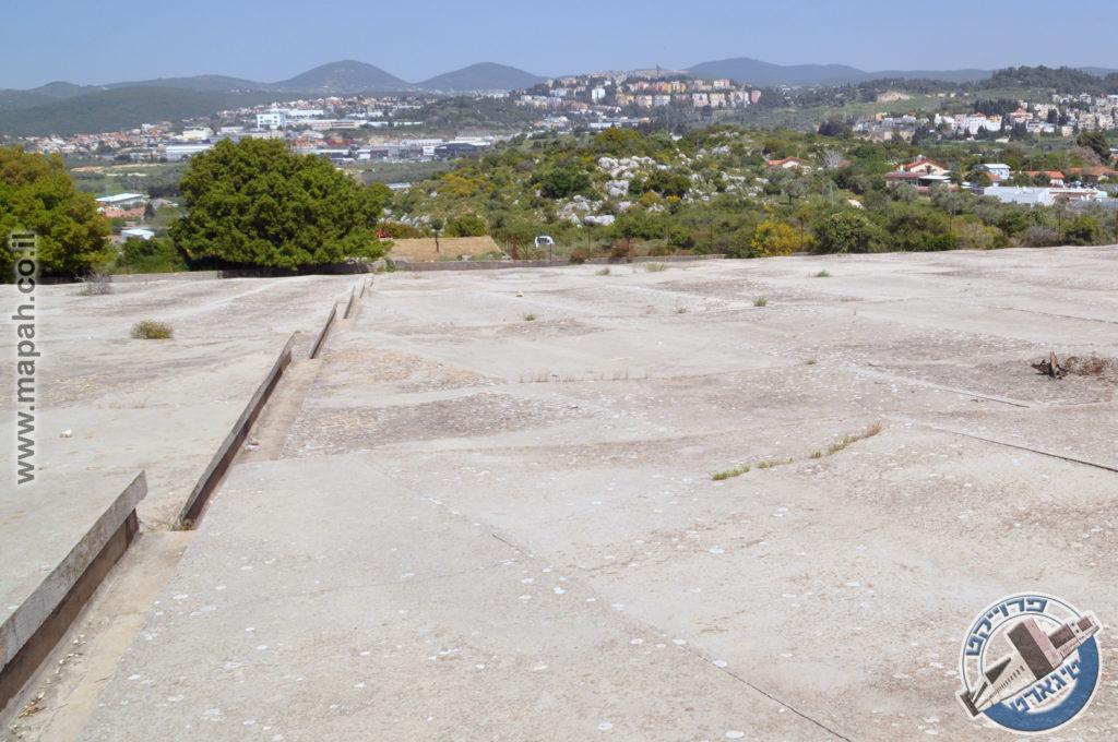 משטחי אגירת הבטון במבט למורד מטה - צילום: אפי אליאן