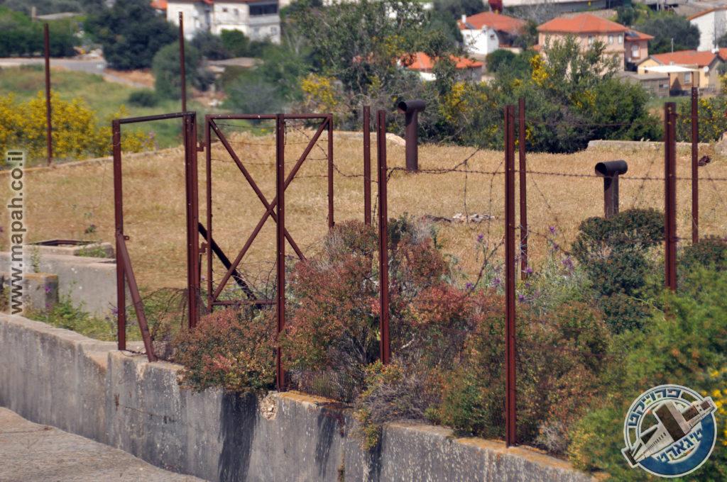 גדר התיל המקורית ושער הברזל בכניסה למתקן אספקת המים הבריטי בהר אגר - צילום: אפי אליאן