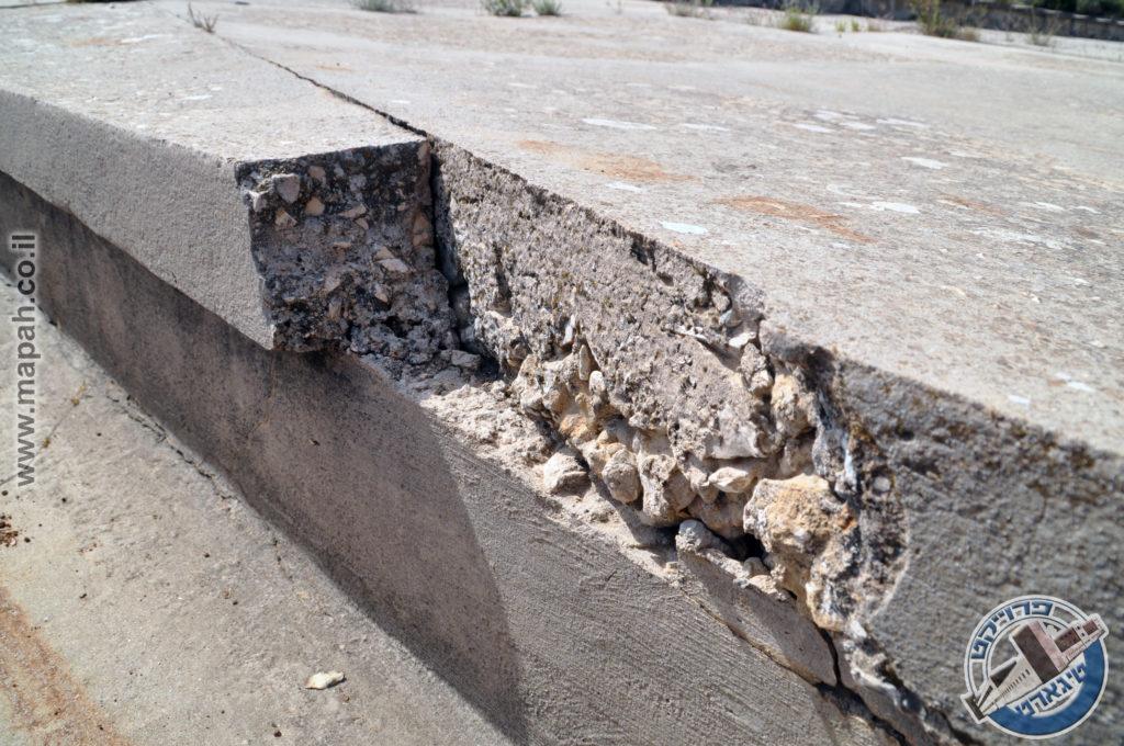 חתך של משטח הבטון בצמוד לתעלת הניקוז - צילום: אפי אליאן