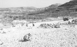 """הכנות ידניות להקמת משטח אגירת המים בהר אגר 15.6.1940 - מקור: מע""""צ - ממשלת ארץ ישראל / גנזך ארכיון המדינה"""
